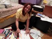 Yazar Aynur Uluç, kitaplarını evlerde imzalıyor…