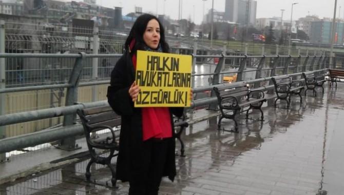 Çağlayan Adliyesi önünde tutsak avukatlar için nöbet tutan Avukat Didem Ünsal gözaltına alındı