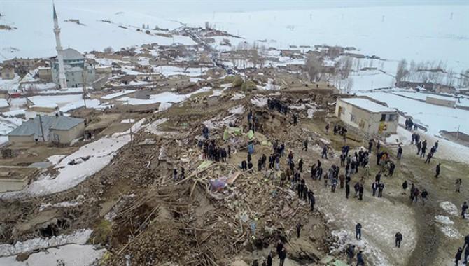 Deprem İran'da yıkım Van'da