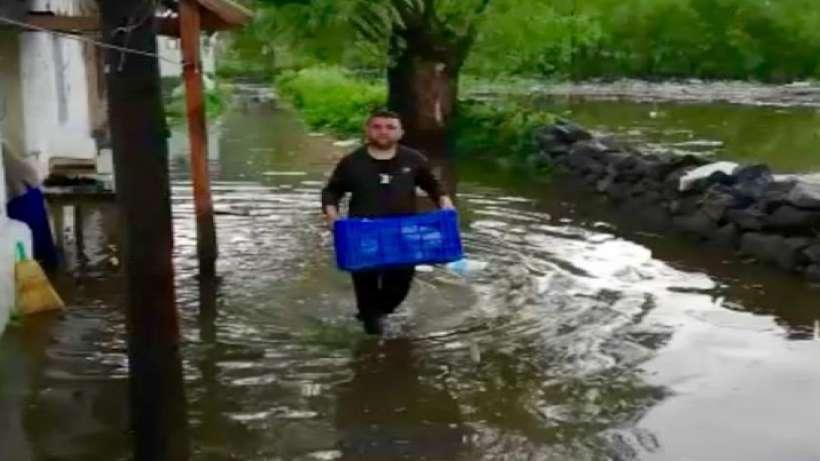 Evleri sular altında kaldı