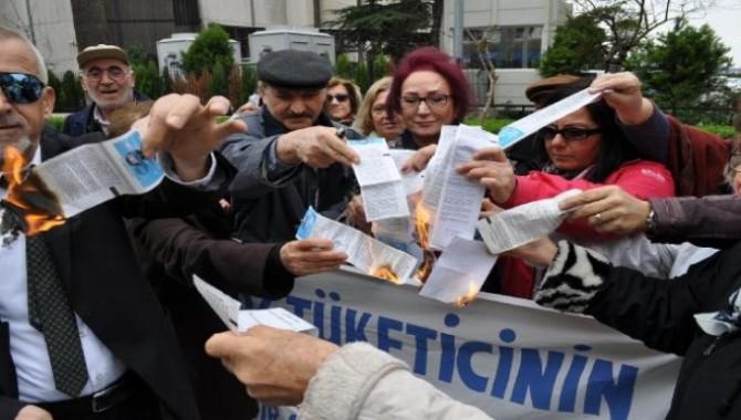 İzmir'de 'tüketiciler' elektrik faturası yaktı!