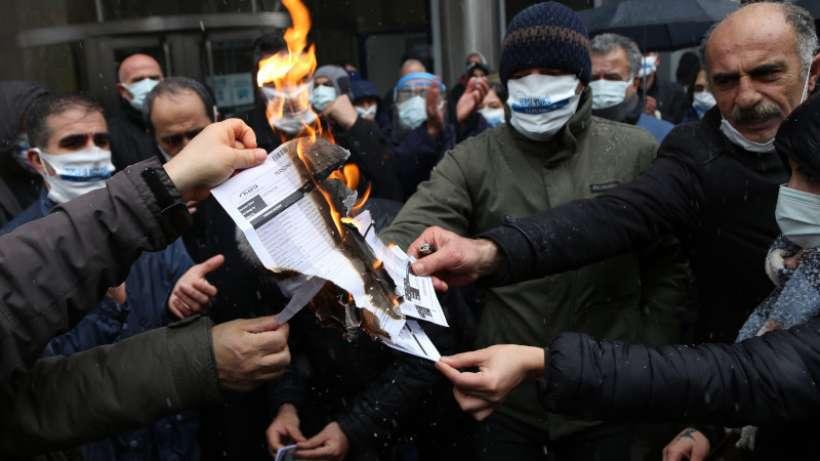 Kamu emekçileri yüzde 3'lük zamma karşı bordrolarını yaktılar