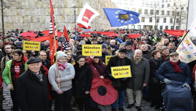 Münih'de ırkçılığa karşı miting ve insan zinciri