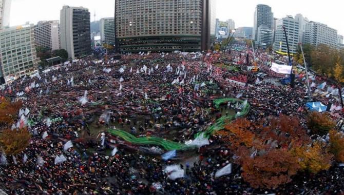 Seul'da yüz binler başkanın istifası etmesi için eylem düzenledi