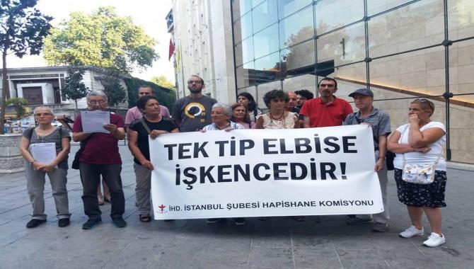"""""""Tek Tip Elbise İşkencedir"""" eyleminin 6'ıncısı Galatasaray Meydanı'nda gerçekleştirdi"""