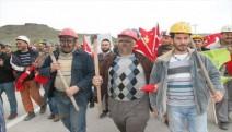 Amasya'da maden işçileri yol kapattı
