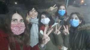 Aralarında gazetecilerin de olduğu 18 kadın serbest bırakıldı
