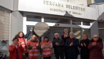 Bergama belediyesi'nde işten çıkarılan üç kadın işçi eyleme başladı