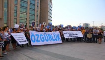Bugün davası görülen 33 gazeteci, avukat için adliye önünde  açıklama