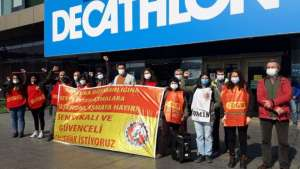 SML Etiket işçileri direnişlerini Decathlon önüne taşıdı