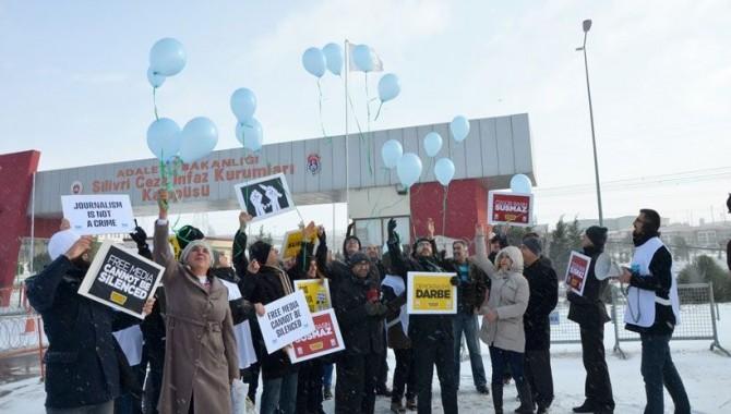 Tutuklu gazeteciler için gökyüzüne balon uçuruldu