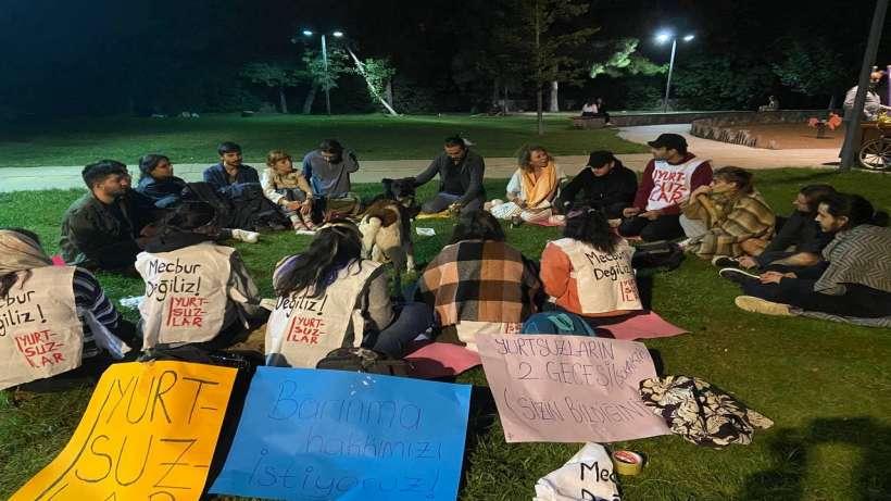Yurtsuzlar, Moda Sahil'de barınma sorunlarını konuşarak forum yapıyor