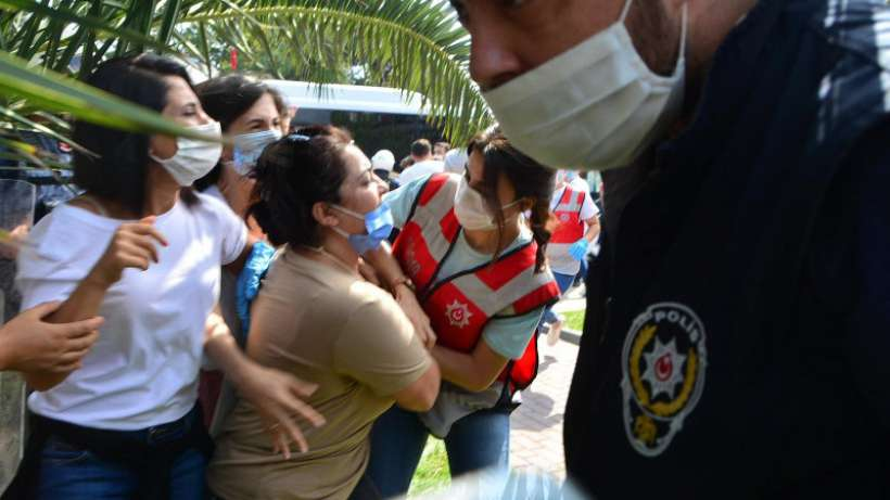 Oturma eylemi yapan Bimeks işçilerine polis müdahalesi